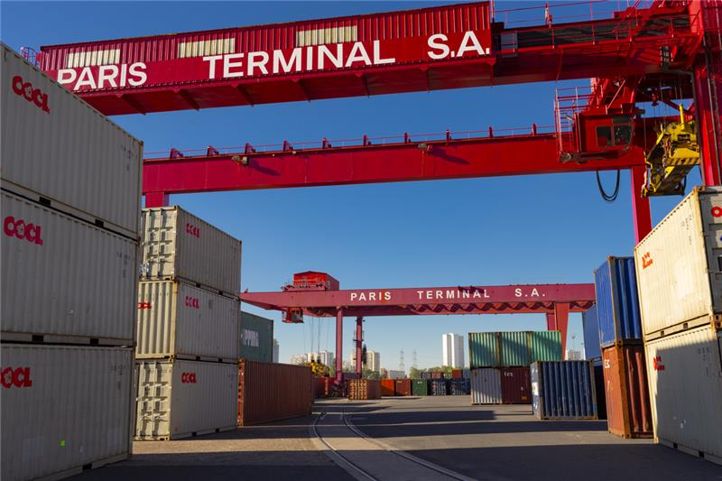 PORTIQUES3 portiques multimodaux (fluvial, ferré, routier) dont 1 portique avec possibilité de transbordement direct barge à automoteur PORTIQUES3 multimodal gantries (fluvial, rail, road) including 1 gantry with possibility of direct transhipment on self-propelled barger